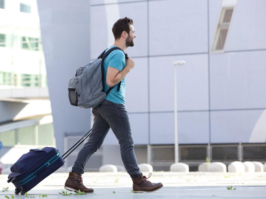 Mand med håndbagage i lufthavnen