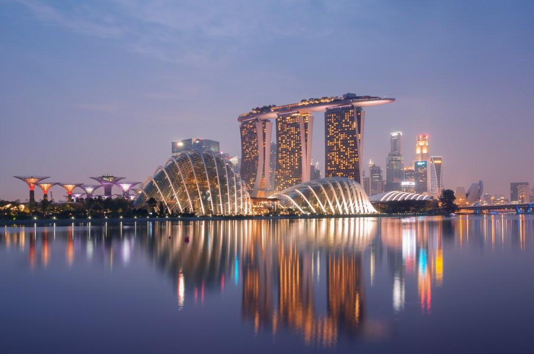 Utsikt över Singapores skyline med Marina Bay Sands i fokus